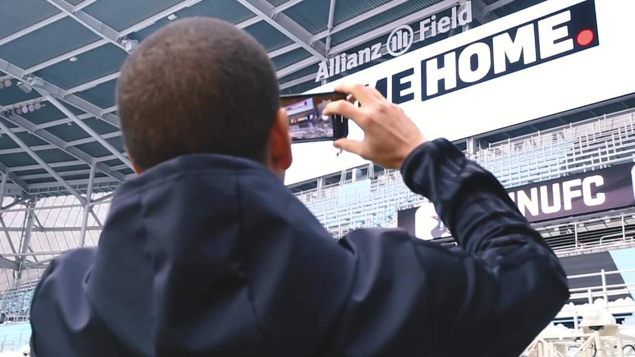 Ozzie Alonso takes a picture