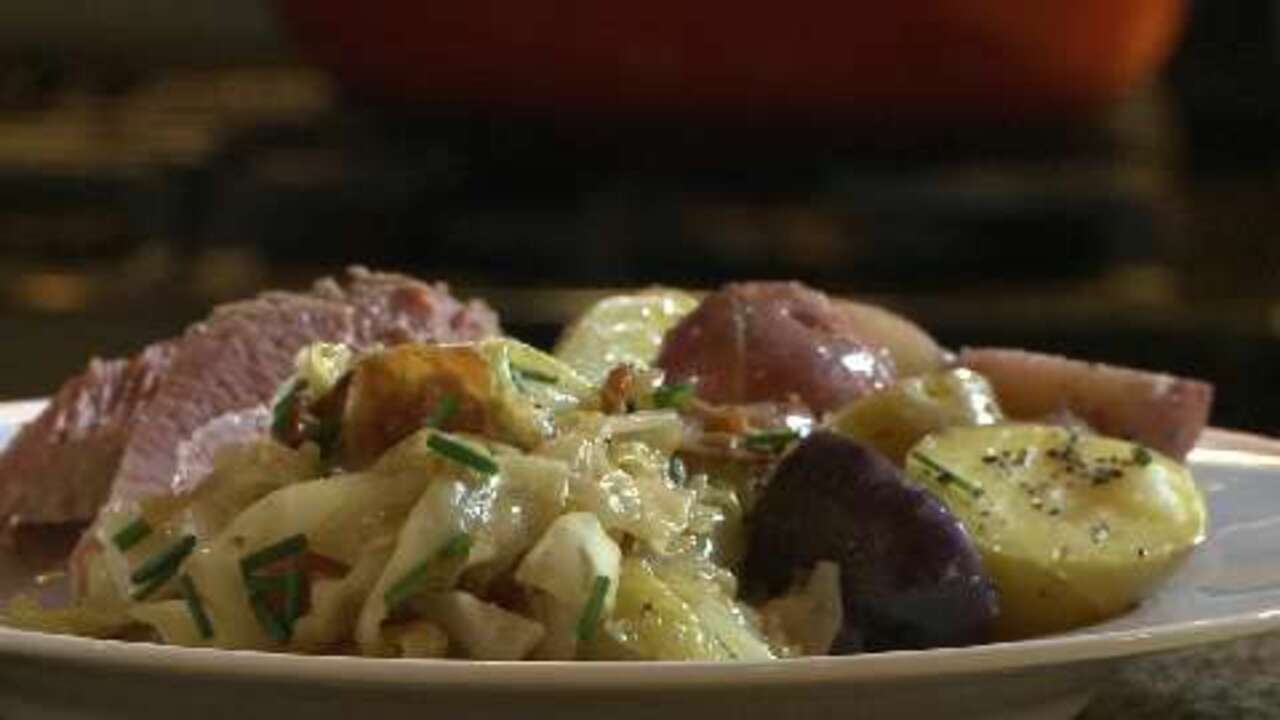fried cabbage with bacon onion and garlic video