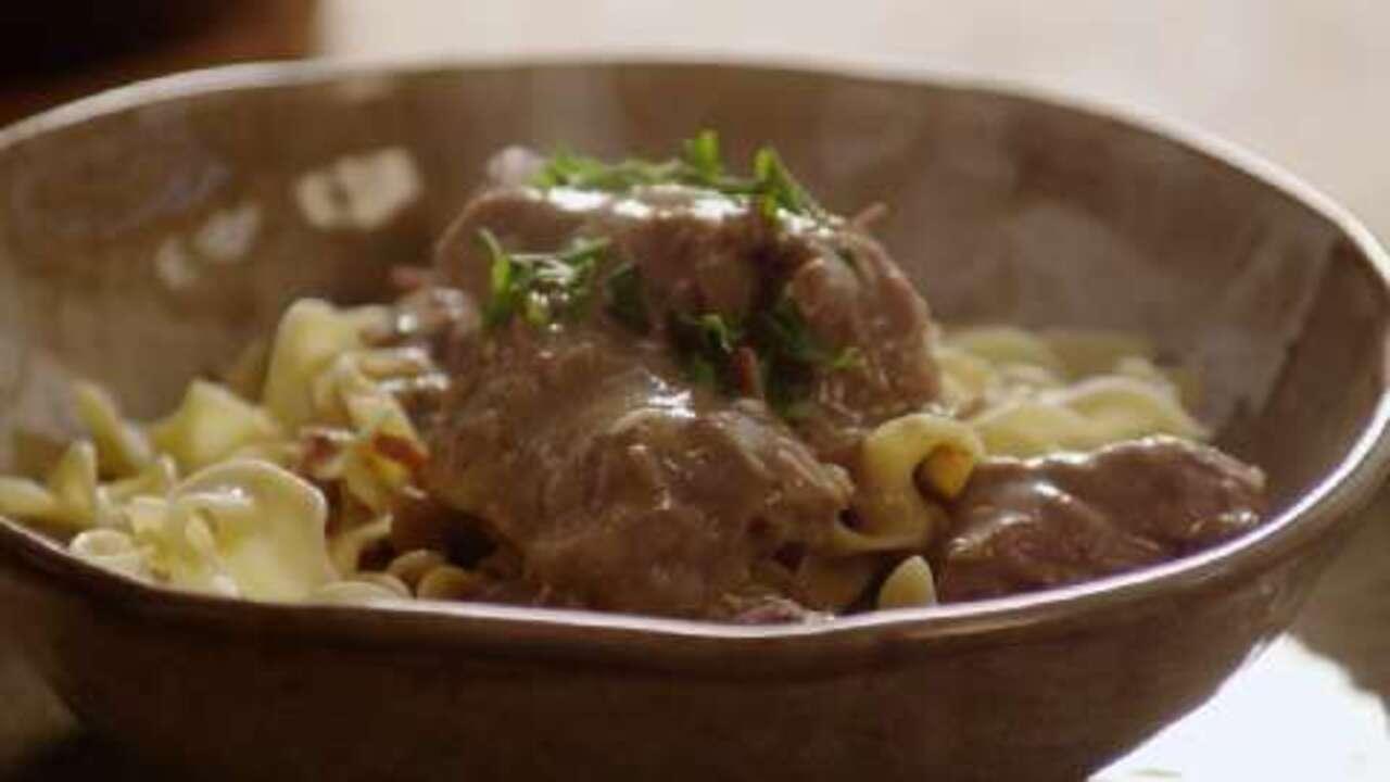 slow cooker beef stroganoff video