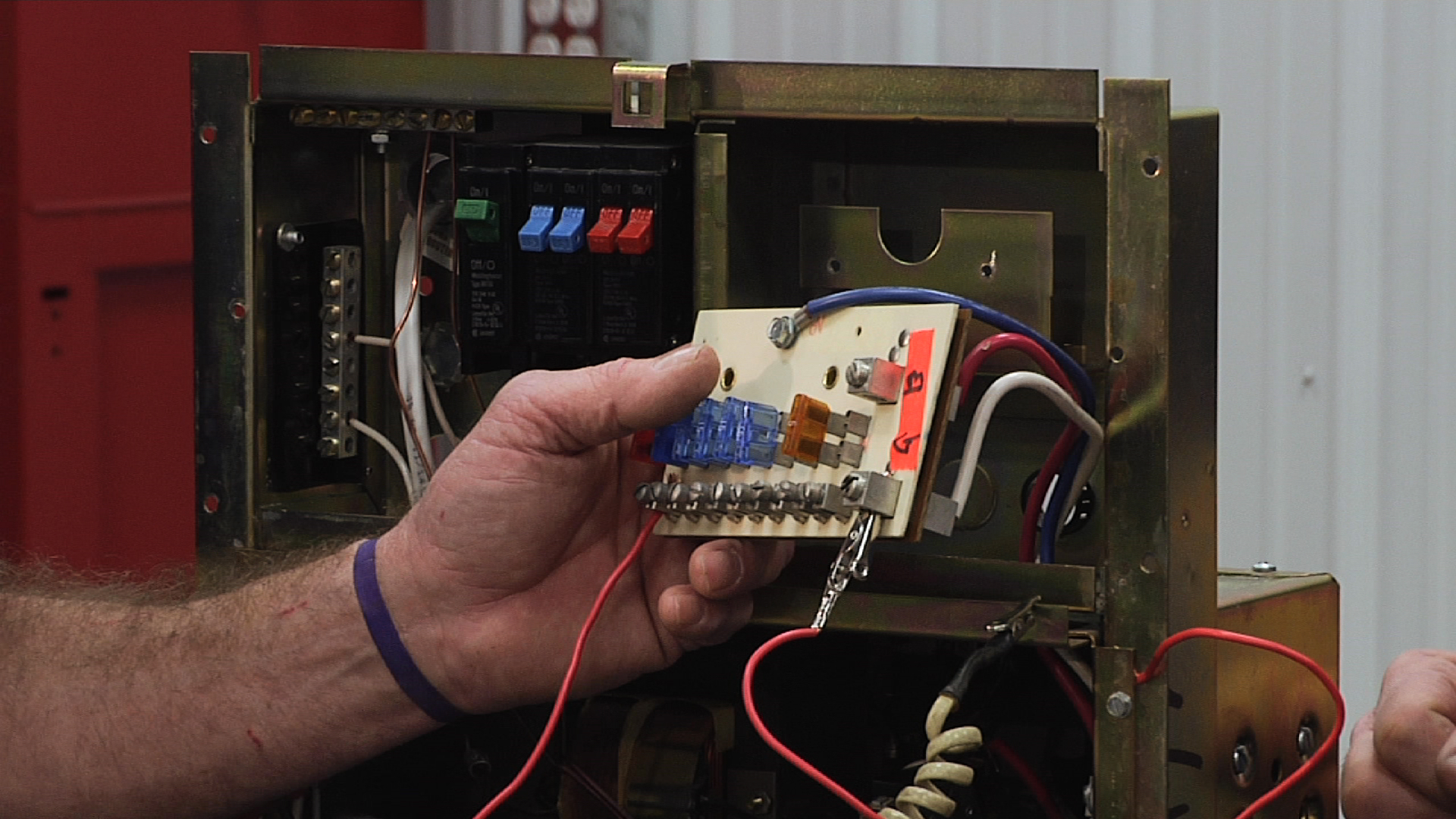 Understanding the Fuse Components of an RV Distribution PanelRV Repair Club