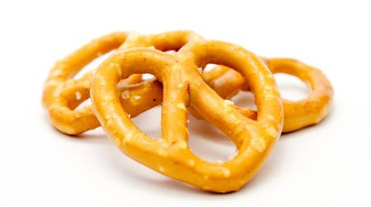 Best Snack for Dieters: Nuts or Pretzels?