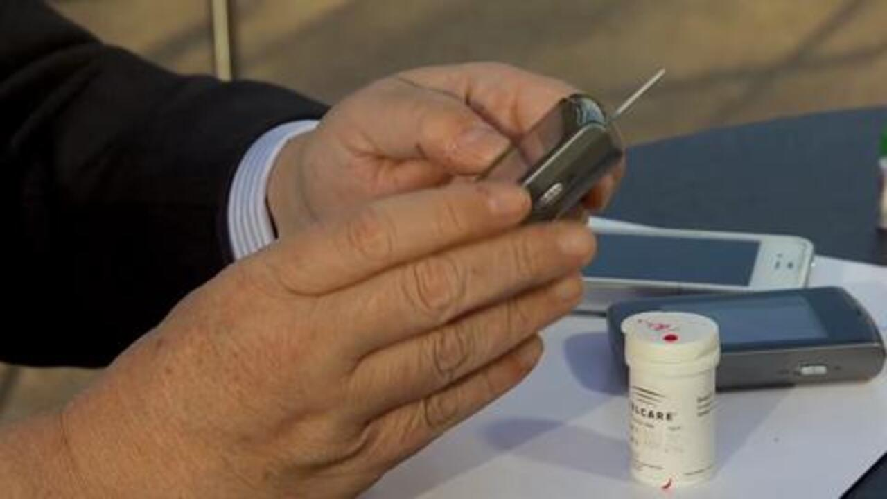 How a Cellular-Enabled Glucose Meter Works