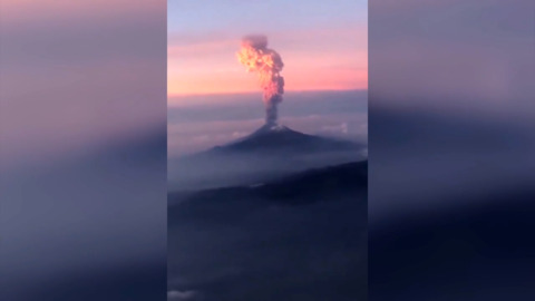 PLANE PASSENGERS CAPTURE ERUPTION OF FAMOUS MEXICAN VOLCANO  MID-FLIGHT (WOW)
