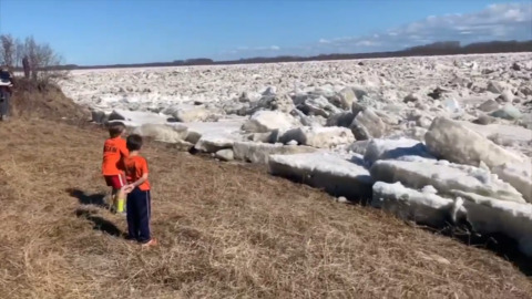 KIDS GO WILD WATCHING HUGE CHUNKS OF ICE FLOW DOWN ONTARIO RIVER