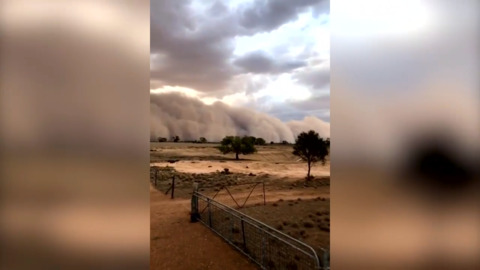 VIEW OF A DUST STORM MOVING ACROSS AUSTRALIA IS TRULY EPIC