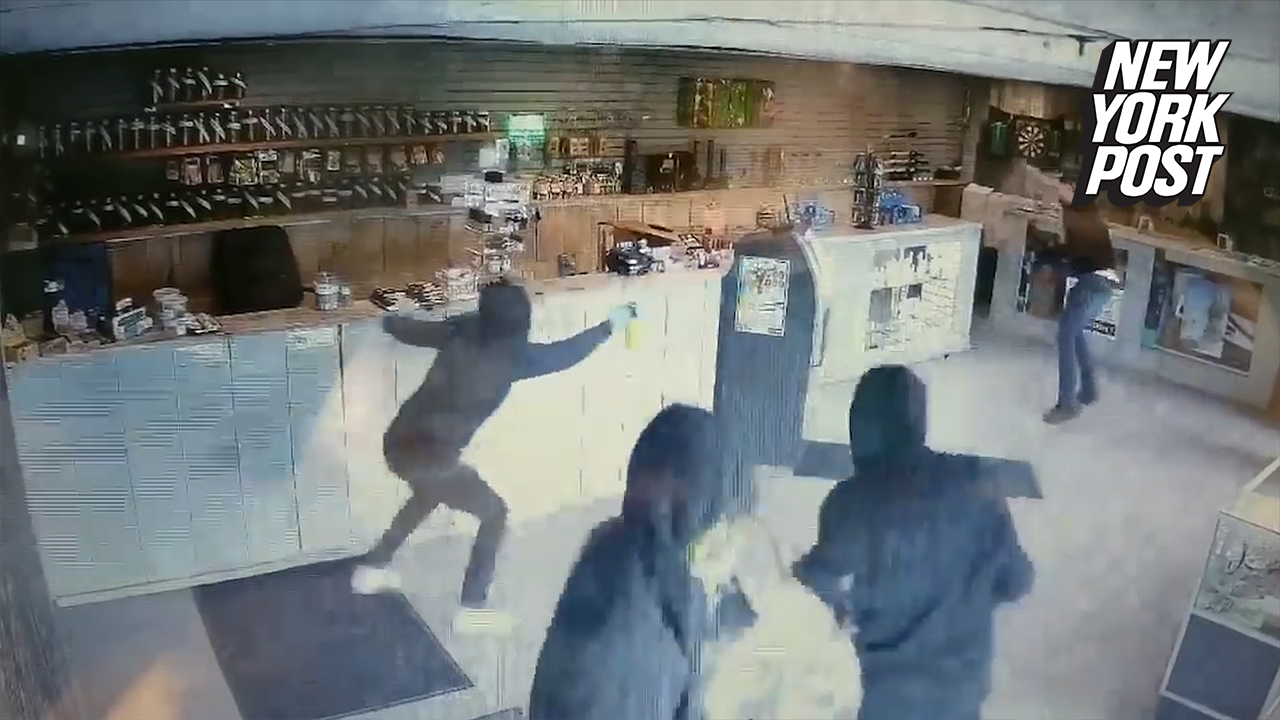 Man Fights Off 4 Bear Spray Wielding Attackers with a Bong During Cannabis  Store Robbery