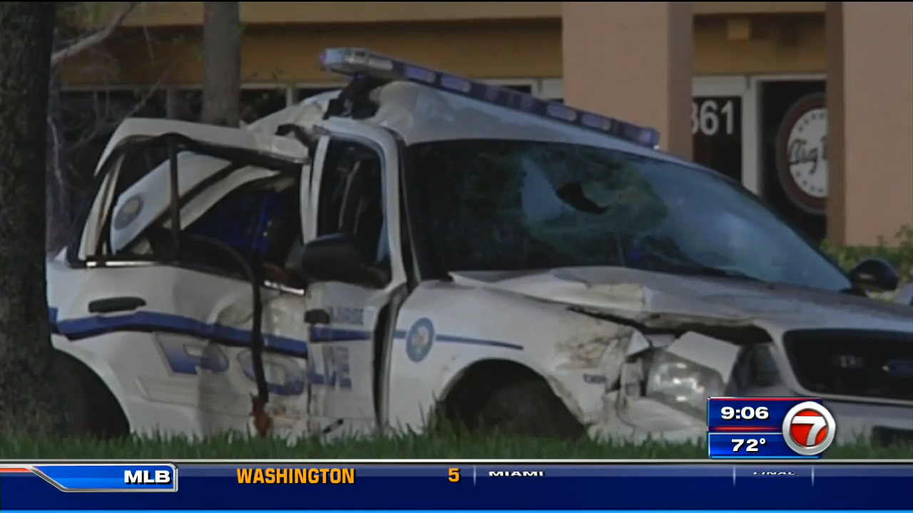 Sunrise Police officer hits tree while trying to avoid