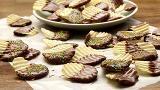 Chips trempées dans le chocolat