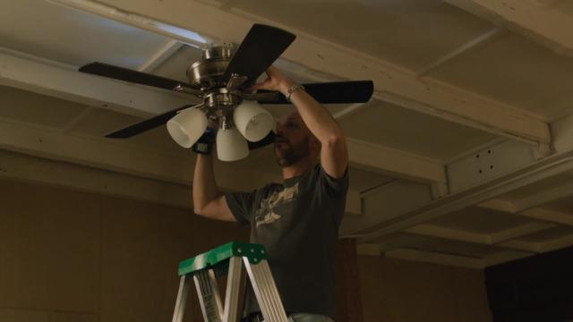 Martin installe un ventilateur au plafond, le résultat