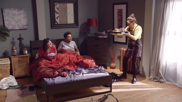 Marie-Ève apporte le déjeuner au lit à Mehdi et Sophie
