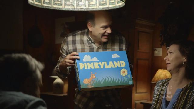 Il sort son fusil pour jouer à Pinkyland