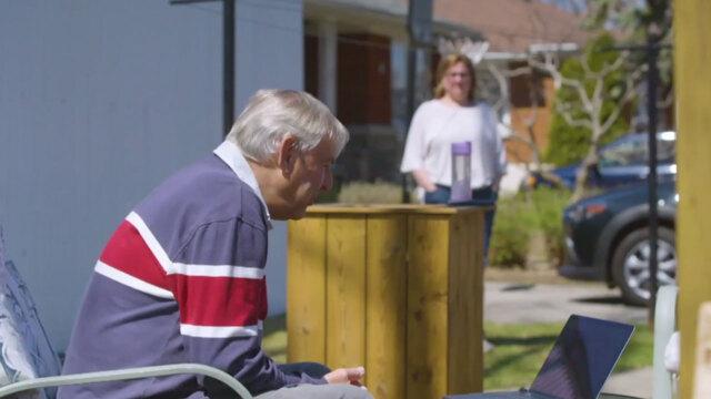 Des préposées aux bénéficiaires offrent des soins réconfortants aux aînés