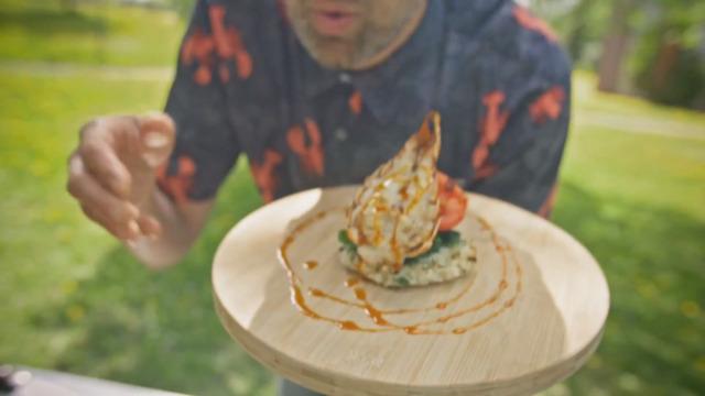 Queues de langouste grillées sur galettes de risotto