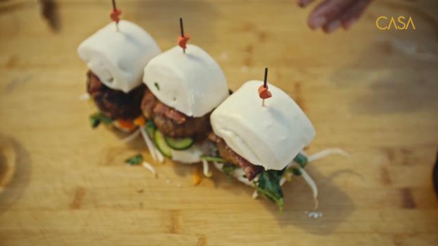 Burger au porc et miso sur pain cuit à la vapeur et grillé
