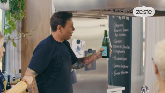 Chuck sabre le champagne