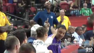 Celtics legend Bill Russell jokingly flips off Vince Carter during summer league game