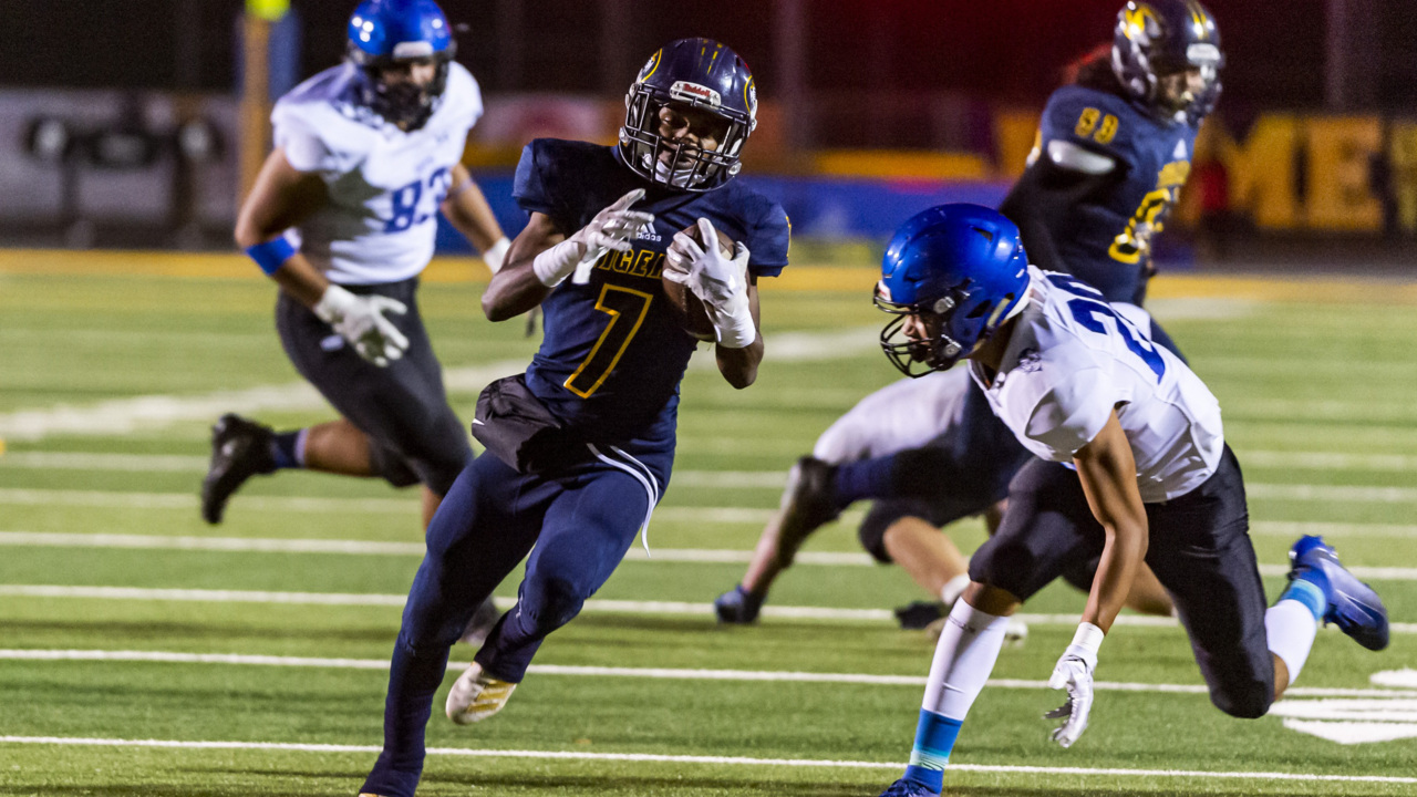 Stark contrast: Inderkum rolls in first Division-I playoff game, stopping Davis' run