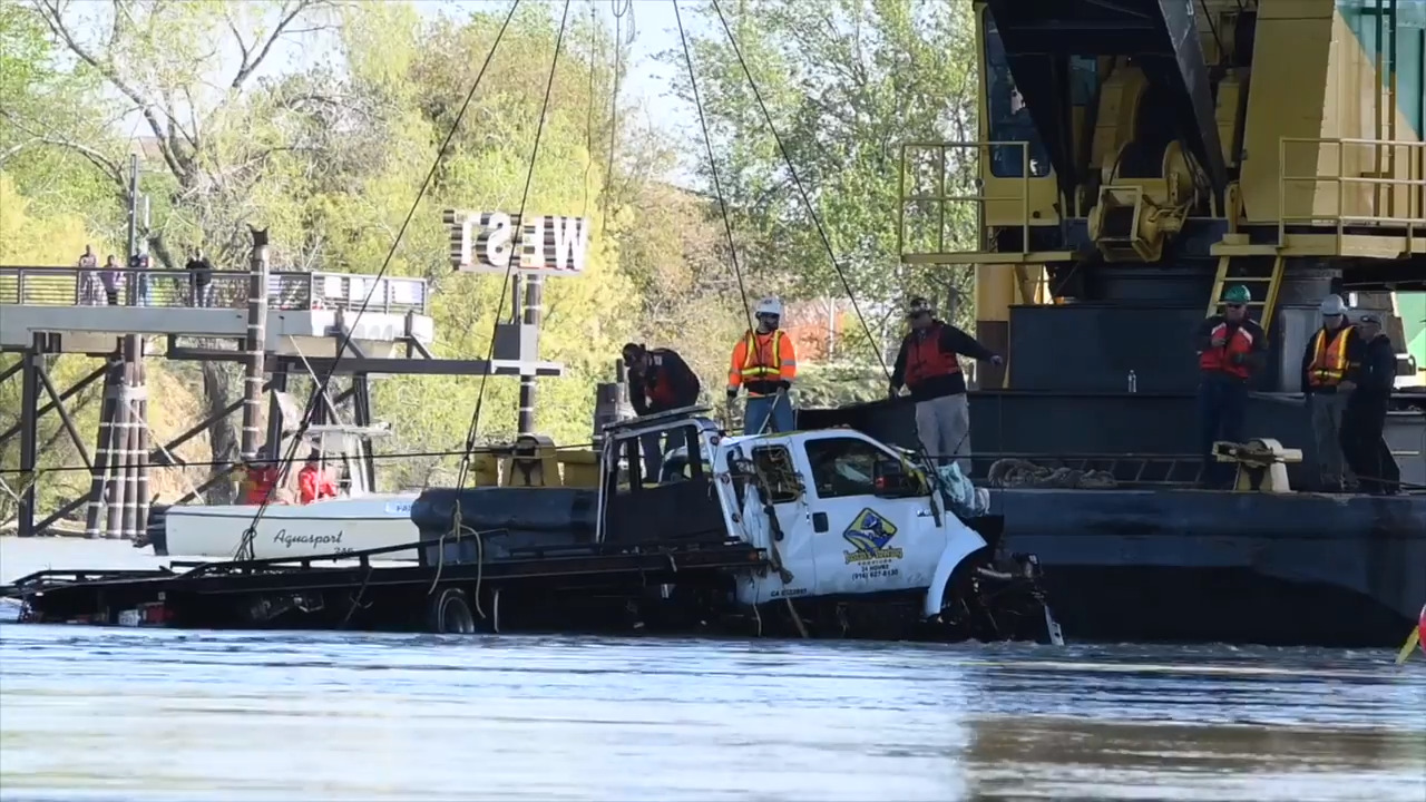 Tow truck that plunged into Sacramento River recovered | The