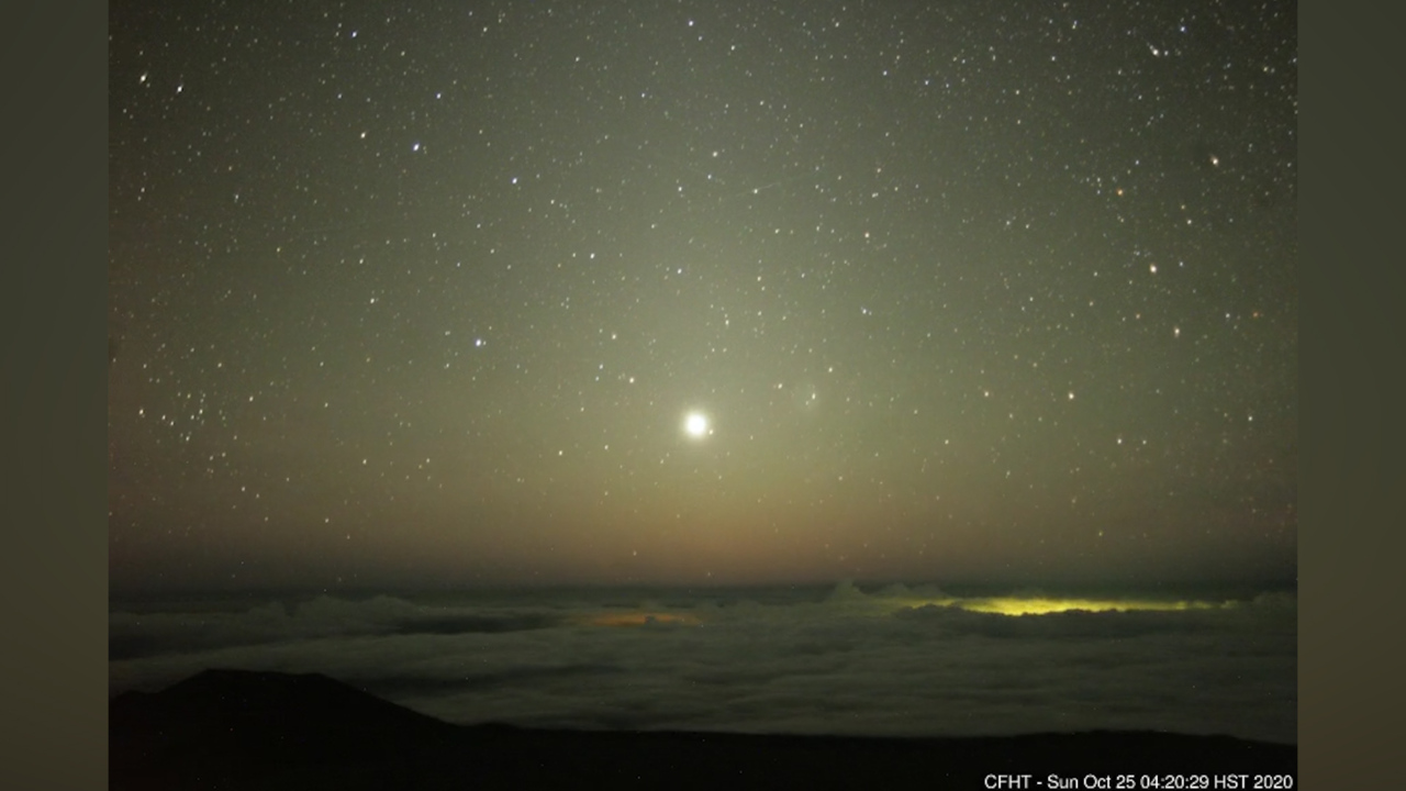 Mysterious lights in night sky baffle Hawaii residents. 'What in the world is this?'