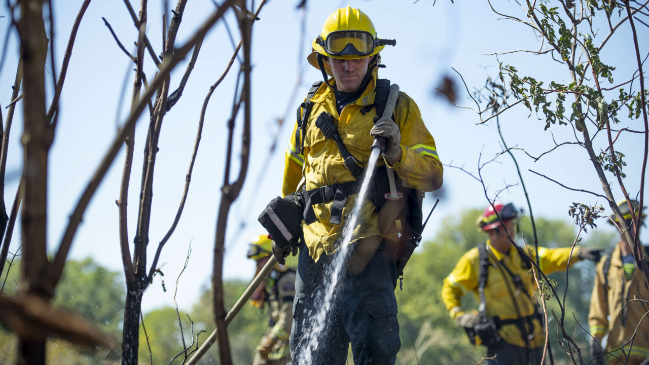 Firefighters respond to brush fire behind Cal Expo near American River Parkway