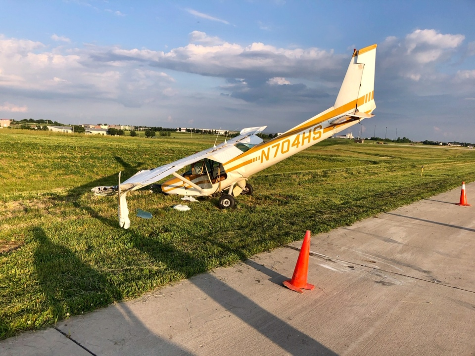 Small plane crashes at Lee's Summit Airport; minor injuries reported