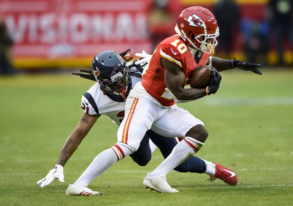 Chiefs fan drives Tyreek Hill's grandparents from St. Louis to KC after flight issue