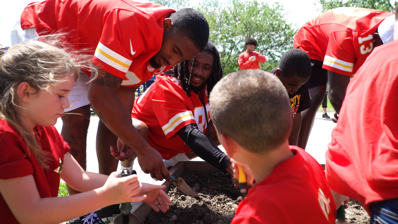 Chiefs receivers surprise Stony Point North fourth-graders with afternoon of gardening
