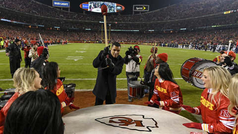 Tony Gonzalez gets fans excited before Chiefs-Chargers game
