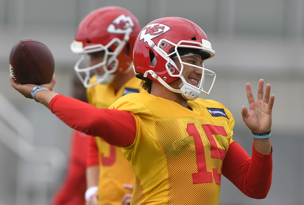 Chiefs add two familiar faces ... one of them during the middle of practice