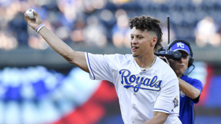 Chiefs' Patrick Mahomes pays visit to the KC Royals