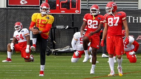 Chiefs QB Patrick Mahomes works out, practices and throws (!) at Wednesday's practice