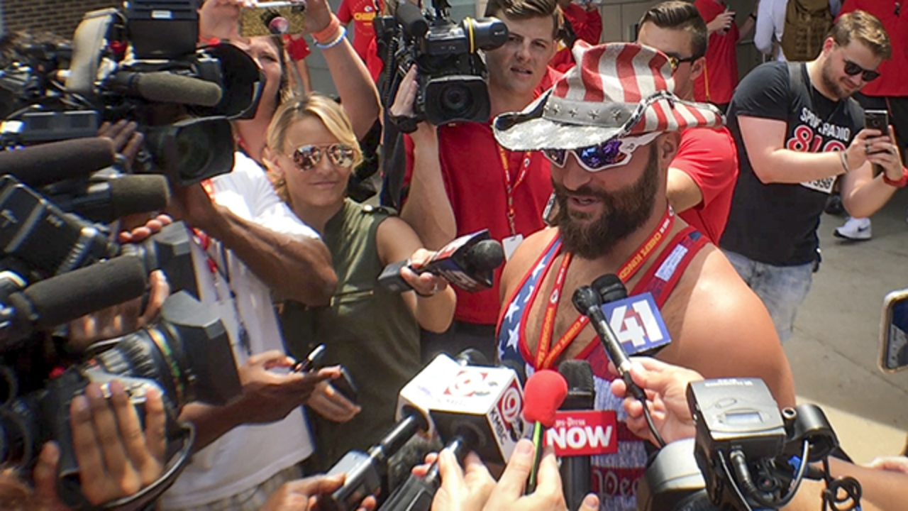 anthony sherman reports to kc chiefs camp in usa singlet
