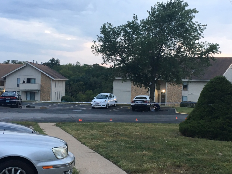 1 dead, 1 injured in shooting at south Kansas City apartment parking lot, police say