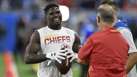 Patrick Mahomes warms up, Tyreek Hill appears on field before game against Lions
