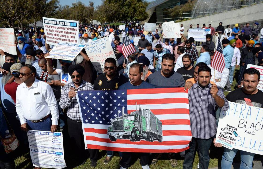 Truckers protest in Fresno against new logbook rule | The