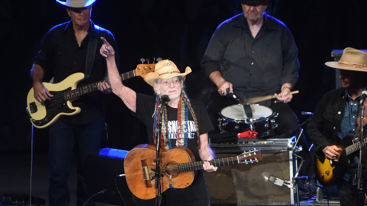 Willie Nelson gives moving performance and history lesson on the last night of the fair