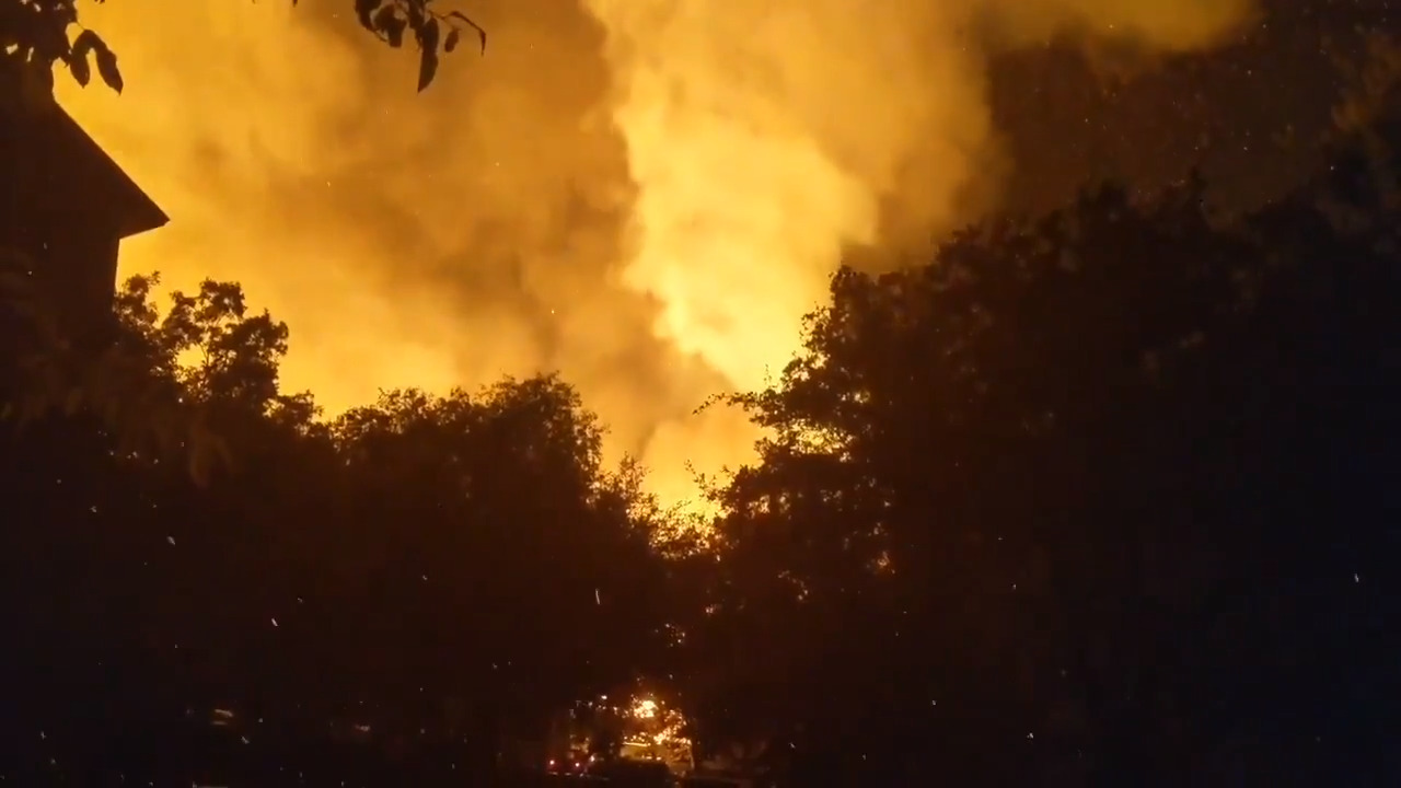 Video: Raging fire destroys two Texas apartment complexes and eight vehicles