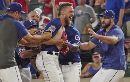 Key in-game adjustment led to Pence's late heroics for Texas Rangers