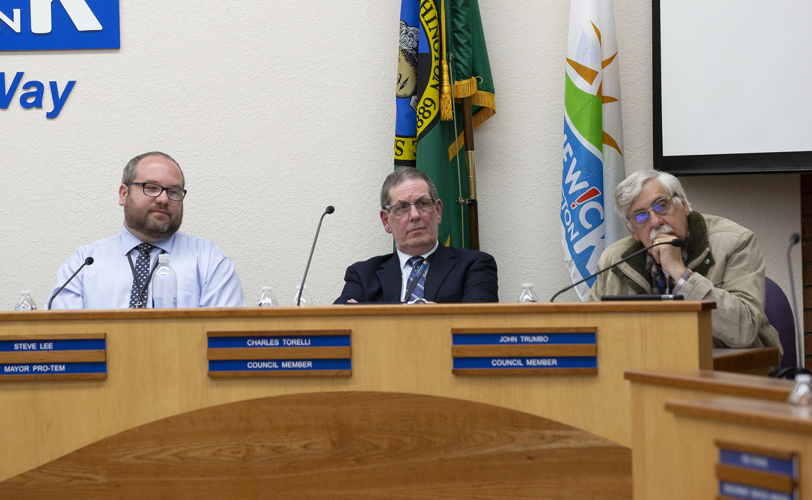 Ethics hearing against Kennewick councilman brings out differing accounts