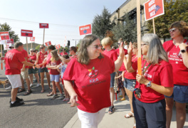 Kennewick teachers bargaining session rally