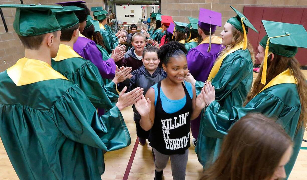 Grads cheer on Richland elementary school students