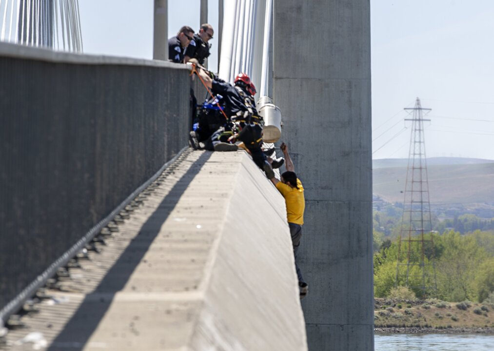 These Pasco officers and firefighters saved a man's life on the cable bridge