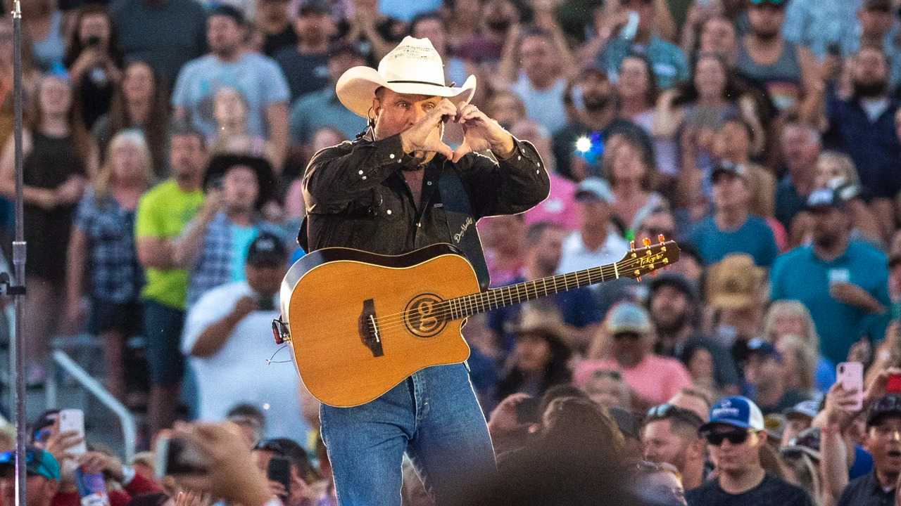 Garth Brooks' 'Sanders 20' jersey wasn't for Bernie — but angry comments still came in