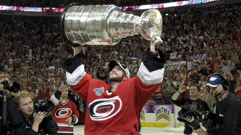 Cam Ward retires with Canes, then goes back on the ice