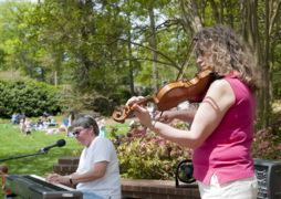 Warm temps beckon hundreds to Rock Hill garden for serene tunes, relaxation