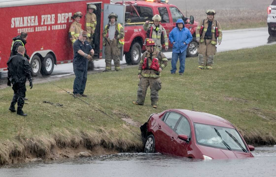 Police, fire crews pull car from lake in Swansea IL