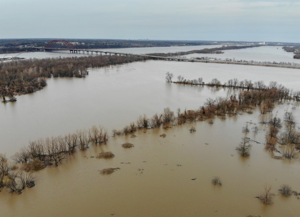 Flooding Mississippi River forcing some to higher ground