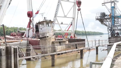 Tugboats, barge are lifted out of Illinois River