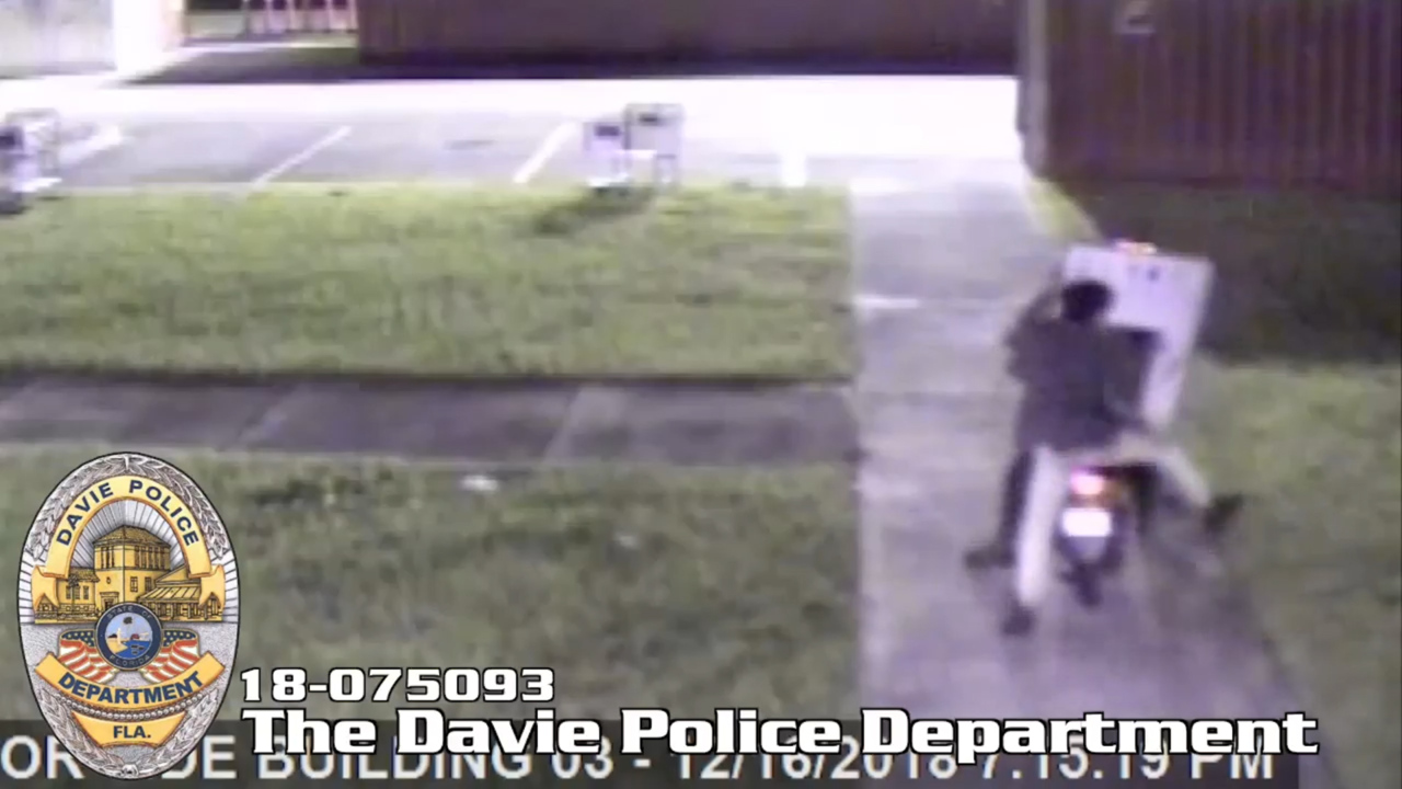 Clumsy thief steals TV, flees on a 'getaway scooter'   Fort
