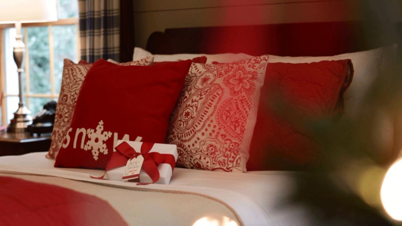 Bedroom: Wake Up to Holiday Cheer